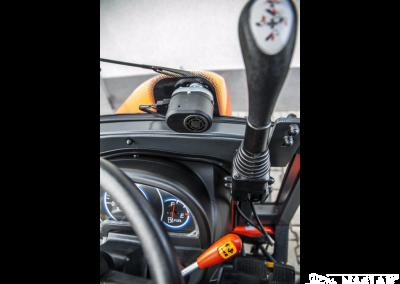 Kabina-Kubota-B1121-NAGLAK-wnetrze-mocowanie-joysticka