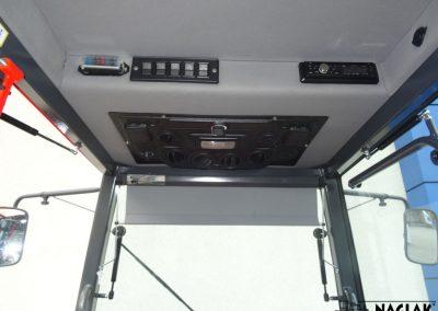Kabina-Kubota-L1361-wnetrze-panel-nagrzewnicy-radio-przelaczniki-NAGLAK