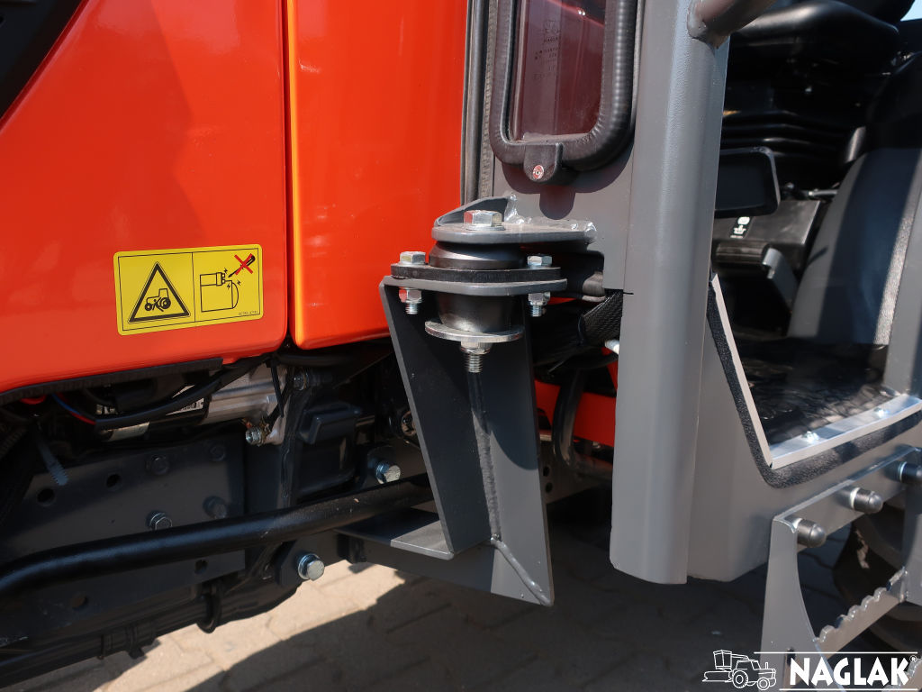 Naglak-Kabina-Kubota-B1241-mocowanie kabiny
